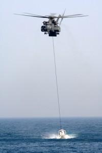 MK-105 remorcat de un elicopter MH-53E Sea Dragon - Sursa: wunderground.com