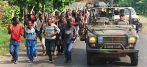 Cot la cot, militari francezi pe langa o militie pro-guvernamentala Hutu, Iunie 1994 - Sursa: AFP via presseurop.eu