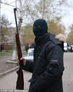 Ucraina: dupa blocurile gri sta un luptator de cartier fluturand o carabina civila - Sursa: forgottenweapons.com
