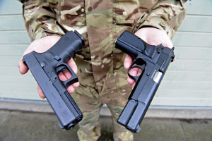 Noul si vechiul pistol regulamentar britanic - Sursa: Richard Watt, Crown Copyright/MOD 2013