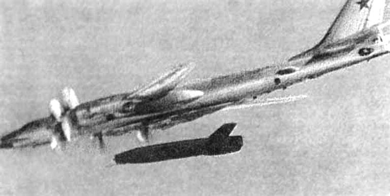 Tu-95 lansand Kh-20 - Sursa: ausairpower.net