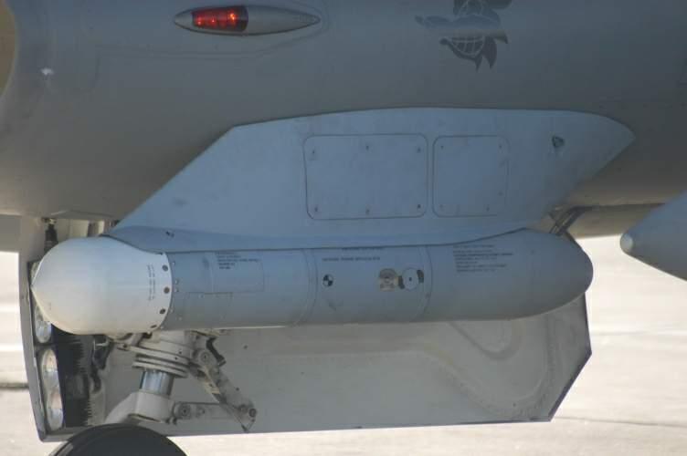 HST acrosat pe F-16 - Sursa: af.mil via Wikipedia.org